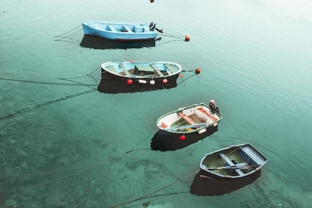 ターコイズブルーの海で4つのボート