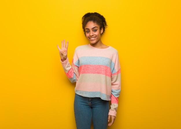 番号4を示す青い目を持つ若い黒人アフリカ系アメリカ人少女