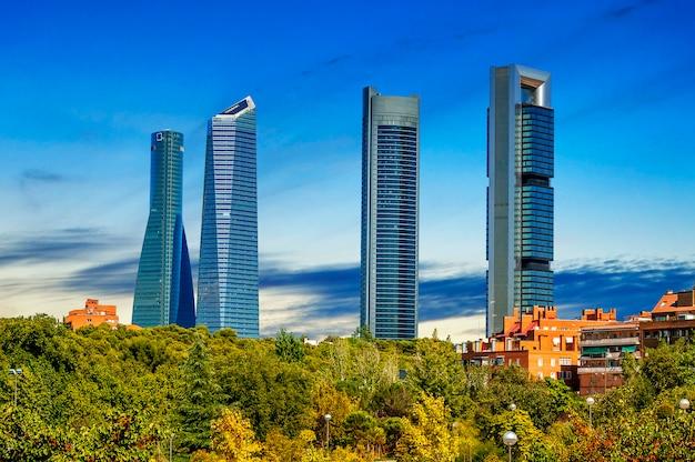 スペイン、マドリッドの4つの近代的な高層ビル