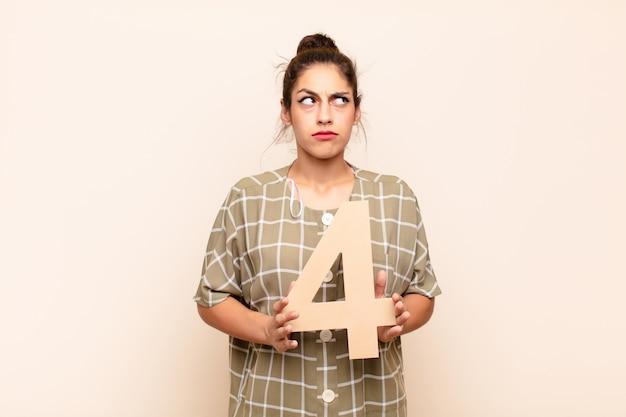 混乱している、疑わしい、考えている、数を抱えている4。