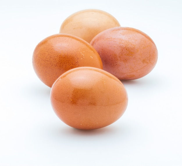 生卵と新鮮卵4個。分離されました。