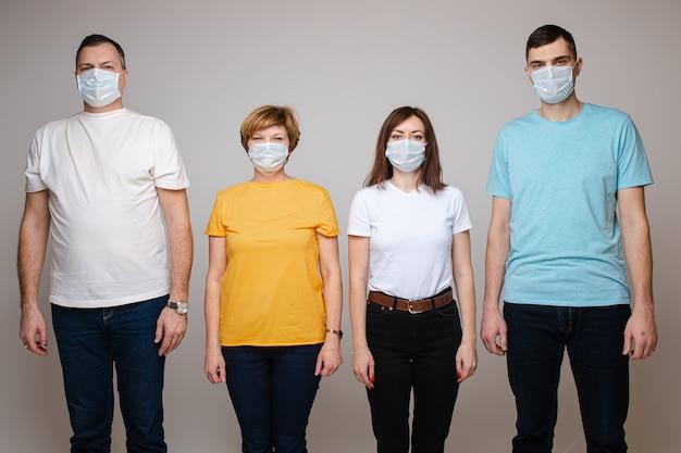 呼吸器の4人の白人。