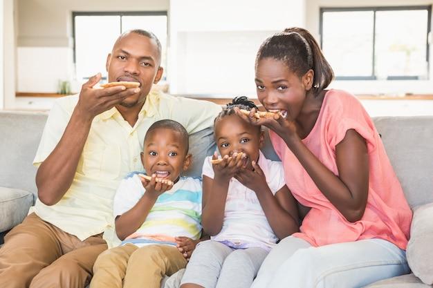 4人のテレビを見ている家族の肖像