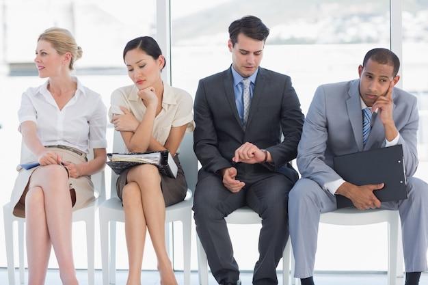 仕事の面接を待っている4人のビジネスマン