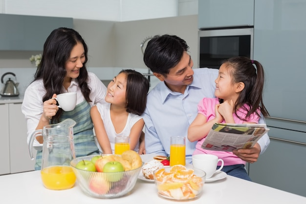 キッチンで健康的な朝食を楽しむ4人の家族