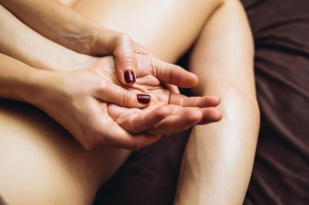 アロマセラピーオイルを使用して、4つの手で男性のためのタントラマッサージをリラックス