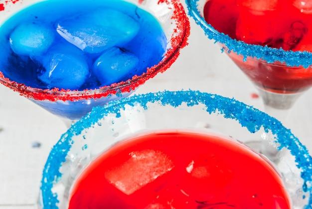 Удовольствия ко дню независимости 4 июля пунш с домашними алкогольными коктейлями в традиционных цветах
