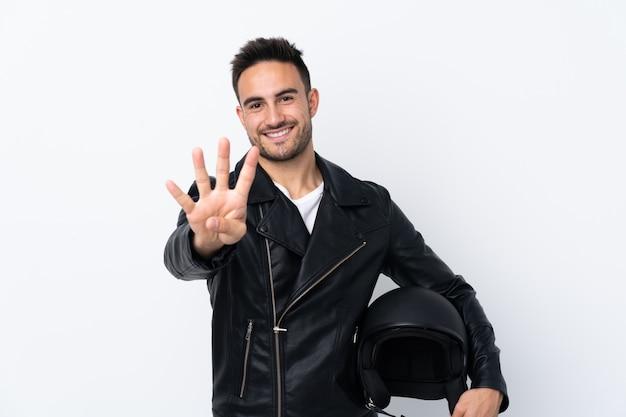 幸せと指で4つを数えるオートバイのヘルメットを持つ男