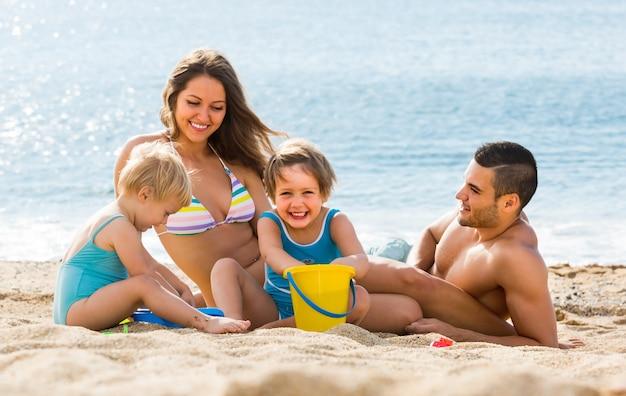 ビーチの4人家族
