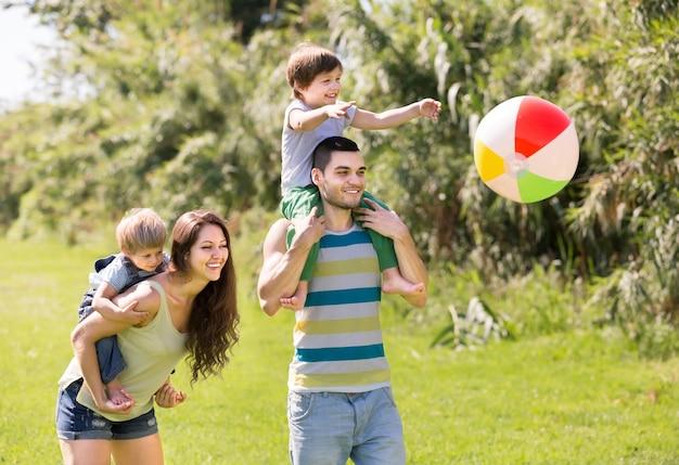 公園内の4人の家族