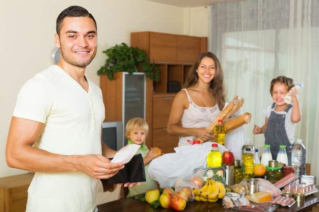 食べ物の袋を持つ4人家族