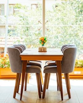 レストランの窓の前にある4人用テーブル