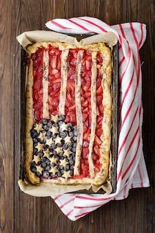 Пирог с клубникой и черникой американского флага. 4 июля. день независимости сша