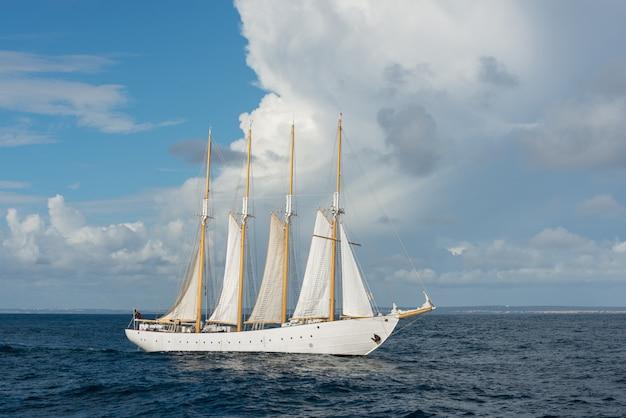4つの白い帆の帆船