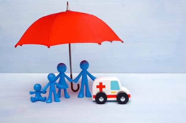 赤い傘の下で4人家族