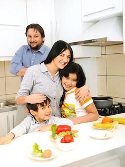 キッチンにいる4人の幸せな家族