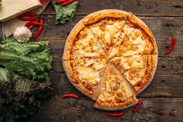 食欲をそそるイタリアンピザ4チーズ木製テーブル