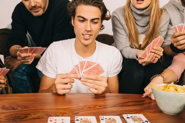 4人の友人がカードゲームをする