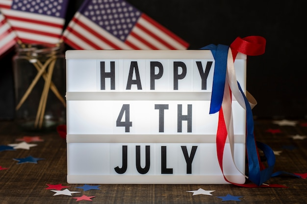 Вид спереди счастливого 4 июля знак с флагами