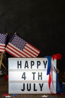 Вид спереди счастливого 4 июля знак с флагами и копией пространства
