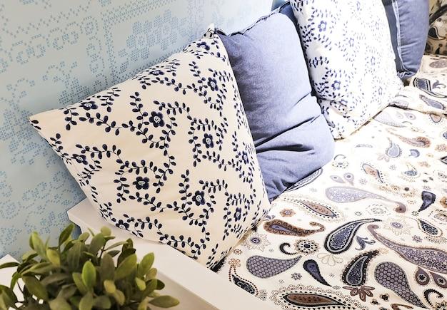 快適なソファーの4つの装飾枕