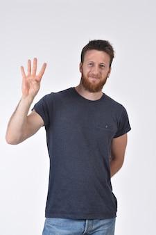 番号4の形をした指を持つ男