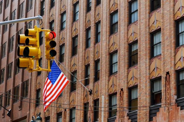 ニューヨーク市の建物に手を振っている4つのアメリカ国旗