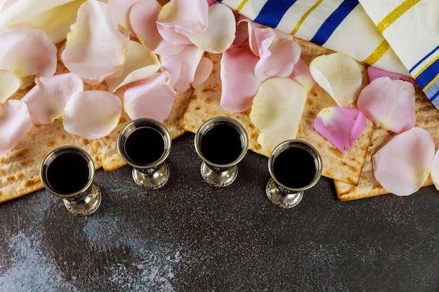 マッツォの過越祭の休日ユダヤ人のお祝いマッツォとキッドブッシュ4カップの赤いコーシャワイン