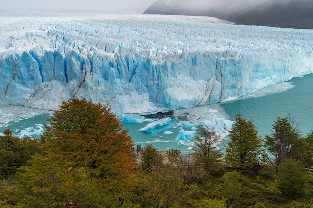 4月のロスグラシアレス国立公園の氷河ペリトモレノ。アルゼンチン、パタゴニア
