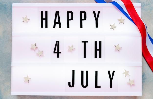 Счастливого 4 июля написано в лайтбоксе. с днем независимости соединенных штатов америки