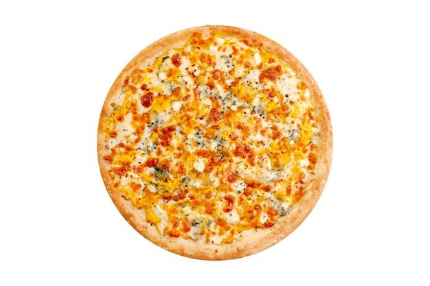 白い背景で隔離のピザ。モッツァレラチーズとブルーチーズ入りのホットファーストフード4チーズ。