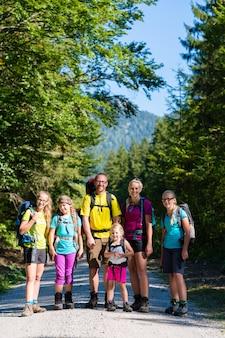 山でのハイキング4人の子供連れのご家族