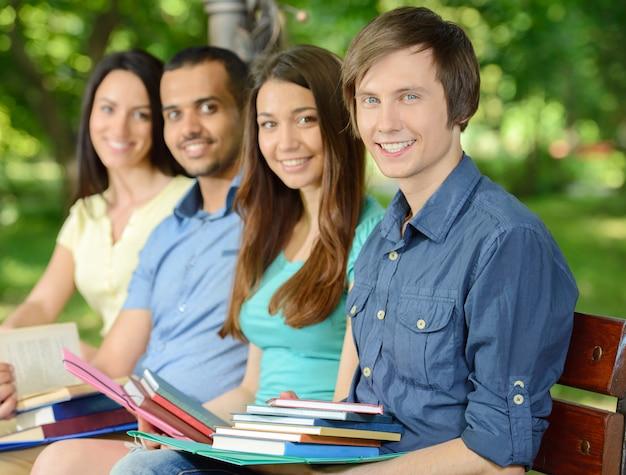 4人の笑顔の陽気な学生のグループの肖像画。
