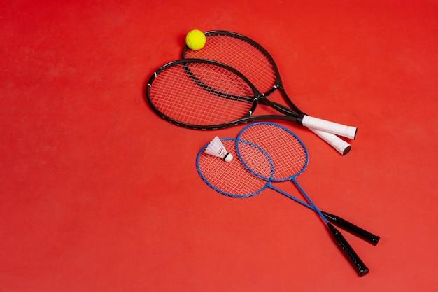 4つのラケット。テニス用とバドミントン用のラケット