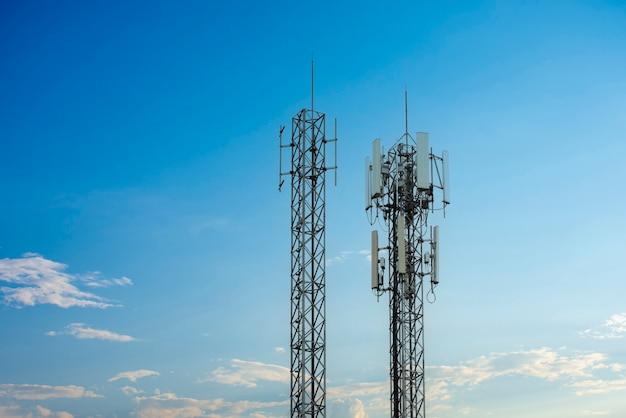 Передатчик антенны беспроводной связи 4g и 5g. телекоммуникационные башни с облаками на фоне голубого неба.