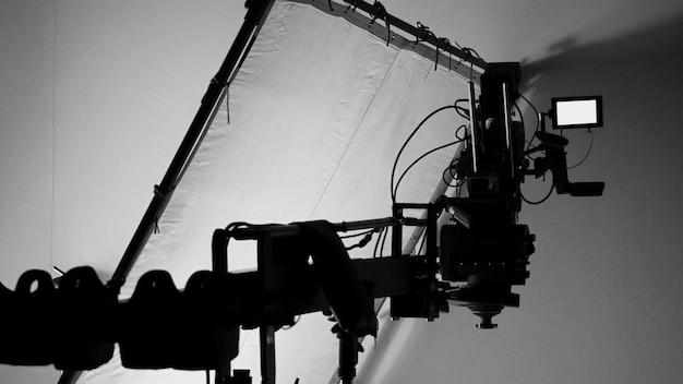Монитор видеокамеры высокой четкости 4k на штативе или кране в студии и бумаге для софтбокса