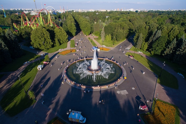 Вид с воздуха на красивый фонтан в парке на крестовском острове в санкт-петербурге, россия. 4k