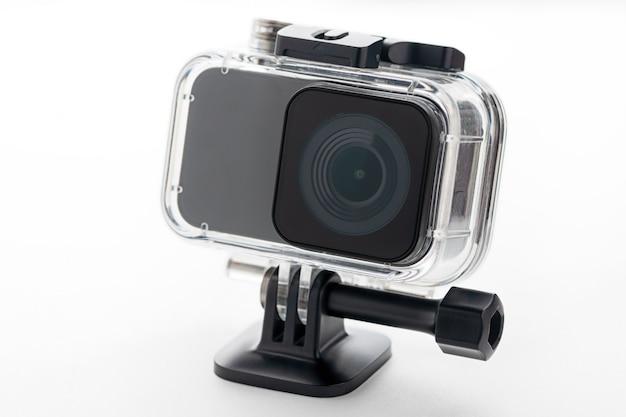 Камера действия 4k изолированная на белой предпосылке.