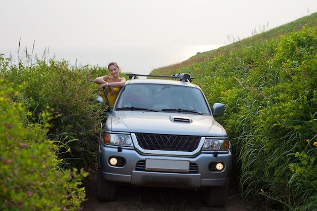 この美しい茂みで写真を撮るために4x4の車が走りを止めました