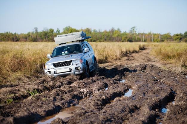 진흙에 갇힌 4x4 자동차