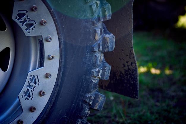 잔디에 4x4 오프로드 자동차 바퀴. 오프로드 타이어