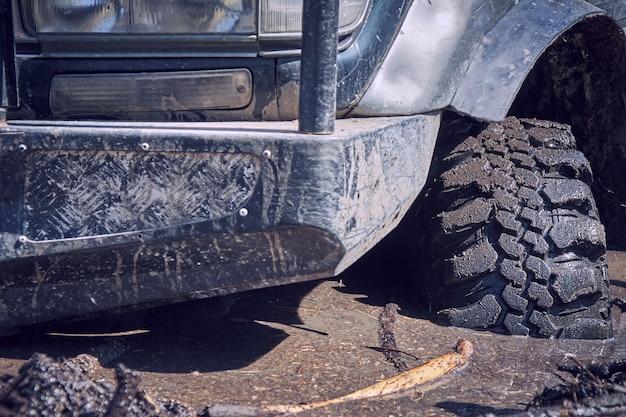 Внедорожник 4х4 застрял в грязи колеса внедорожника в грязной воде