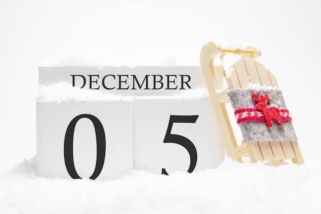 冬月の5日目の12月の木製カレンダー。