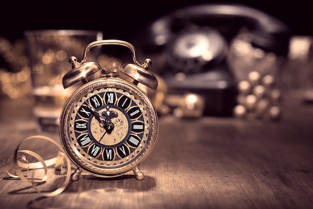 5〜12を示すビンテージ目覚まし時計
