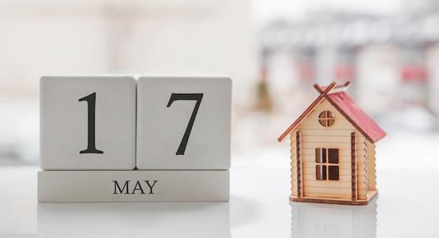 5月のカレンダーとおもちゃの家。月の17日目。印刷または記憶用のカードメッセージ