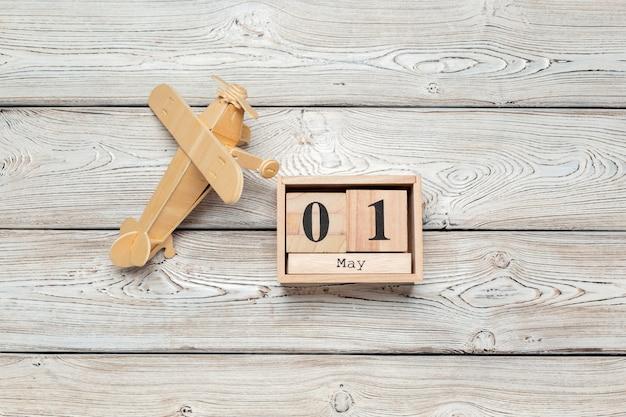 5月1日、木製の床に木製色のカレンダー。