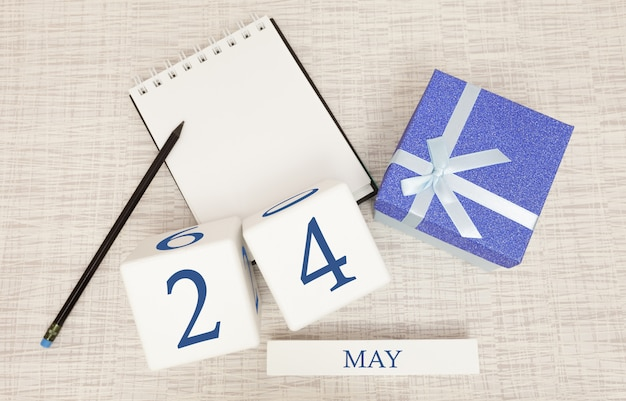 5月24日のトレンディな青色のテキストと数字、および箱入りのギフトのカレンダー。