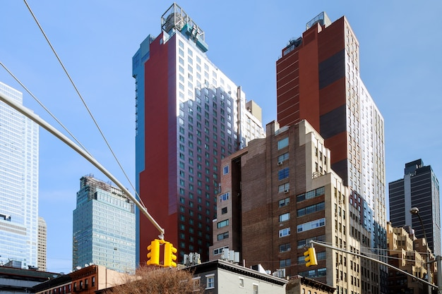 ニューヨーク市の夕暮れ時の5つ目のアベニューと西33 ndストリートの道路標識