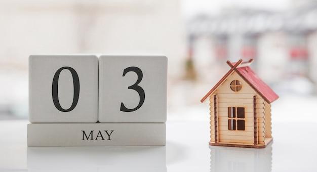 5月のカレンダーとおもちゃの家。月の3日目。印刷または記憶用のカードメッセージ