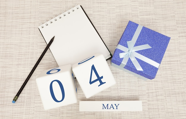 5月4日のトレンディな青色のテキストと数字、および箱入りのギフトのカレンダー。